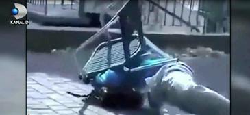 Bătut cu scaunul pentru că ar fi cântat mult prea tare! Un cerşetor român care ţinea un mic recital lângă o terasă din Franţa a fost lovit de un client