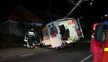 O ambulanţă condusă de un şofer beat a fost implicată în accident, la Braşov. Asistenta şi pacientul, grav răniţi