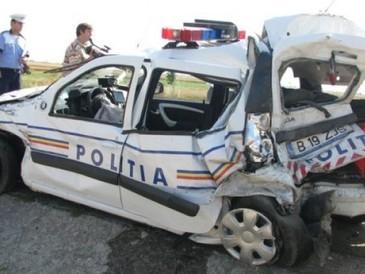Accident grav în Galaţi. Un TIR a intrat într-o  maşină de poliţie în care se aflau trei suspecte