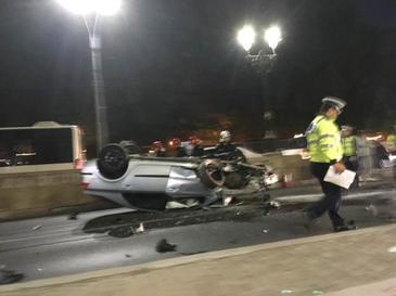 Accident grav în Pasajul Unirii, din Capitală. Un şofer s-a răsturnat cu maşina