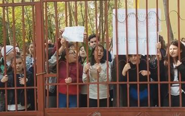 Protest la o scoala din sectorul 6 dupa ce profesoara de tehnologie acuzata ca isi jigneste elevii inca profeseaza