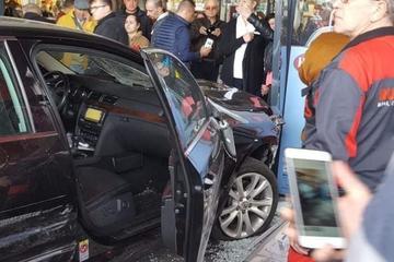 BREAKING NEWS! Primul atentat terorist din România? Un tânăr drogat a înjunghiat un om, i-a furat maşina, după care a intrat intenţionat în mulţimea de oameni din faţa mallului! Sunt mai multe victime!