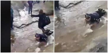 Mai mulţi elevi au obligat un copil de 14 ani, cu paralizie cerebrală, să se facă punte ca să treacă un râu peste el