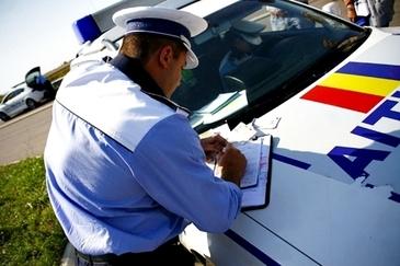 Maşina unui poliţist din Arad, vandalizată de trei tineri care au vrut să se răzbune după ce unul fusese amendat în trafic