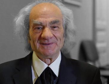 Academicianul Leon Danaila, umilit la peluarea mandatului de senator. A urcat trei etaje pe scari, pacalit ca liftul e stricat