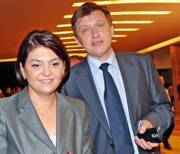 Fata lui Crin Antonescu a ajuns in declaratia de avere a Adinei Valean, sotia politicianului! Irina are 15 ani si incaseaza o pensie de urmas, pentru mama sa, de 4200 de lei pe an!