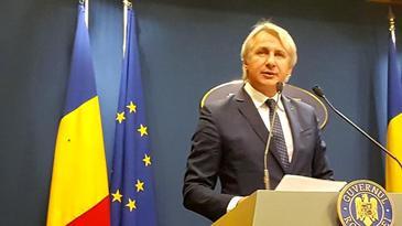 Imagini ruşinoase la Guvern. Un gândac s-a aşezat pe steagul României