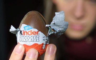 """Un copil de sase ani a gasit un ou de ciocolata si a avut intr-adevar parte de o """"surpriza"""". Cand mama sa a vazut ce se afla inauntru a alertat politia"""