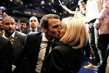 Sarutul care a facut inconjurul lumii. Cum au stralucit Emmanuel Macron si sotia lui dupa castigarea alegerilor prezidentiale din Franta