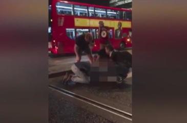 """Cutremurator! O femeie isi implora iubitul ranit in atentatul din Londra sa nu moara: """"Ramai cu mine, te rog, te iubesc"""""""