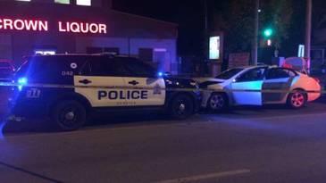 Posibil atac terorist in Canada. Un barbat a injunghiat un politist, apoi a intrat cu camionul in multime