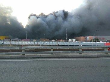 Incendiu puternic la un centru comercial din sud-vestul Moscovei: 3.000 de persoane au fost evacuate, exista raniti