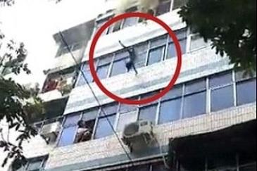Momentul cutremurator in care o mama isi arunca copiii pe geam pentru a-i salva dintr-un incendiu. Ti se rupe inima!