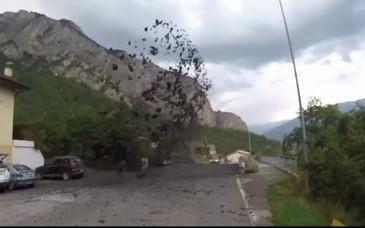 Un puhoi de noroi si pietre a erupt pe strazile unei localitati din Elvetia! Fenomenul i-a inspaimantat pe localnici