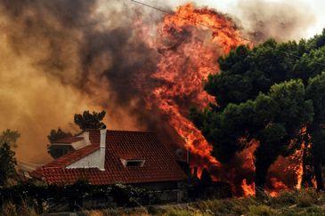 Grecia nu scapa de cosmar! Noi incendii in apropiere de Atena. Locuitorii au fost evacuati. Imagini apocaliptice