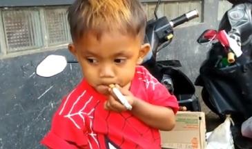 """Acest baietel are doar 2 ani si fumeaza peste 40 de tigari pe zi: """"Fiul meu fumeaza in timp ce bea cafea"""". Mama sa ii cumpara zilnic pachete de tigari"""