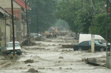 Inundatiile fac prapad in China. 5 oameni au murit si alti 16 sunt cautati dupa ce au fost luati de ape