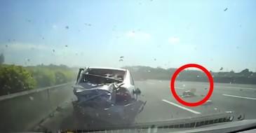 Imagini socante!Un copil este aruncat dintr-o masina, in timpul unui cumplit accident. Micutul cade in mijlocul autostrazii