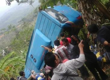 Accident cu cel putin 21 de morti. Autocarul plin cu pasageri a cazut in prapastie