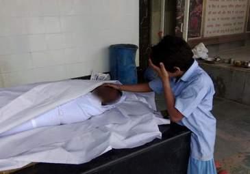 Copilul care plange langa trupul neinsufletit al tatalui sau. Povestea teribila dintr-o familie din India
