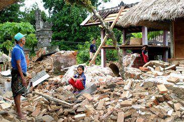 Bilanţului victimelor cutremurului urmat de un tsunami pe Insula indoneziană Sulawesi depăşeşte 1.400 de morţi. Speranţa găsirii unor supravieţuitori scade