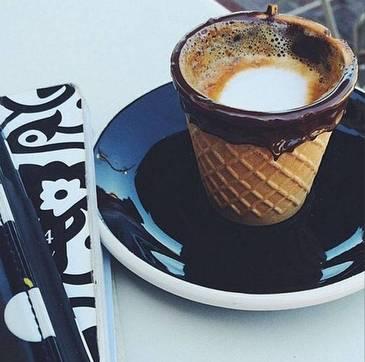 Te imbie doar cand o privesti! Cafeaua servita intr-un cornet de ciocolata, noua tendinta