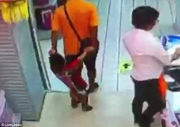Momente dramatice intr-un supermarket. Un baietel a murit, dupa ce tatal sau a alunecat si a cazut peste el