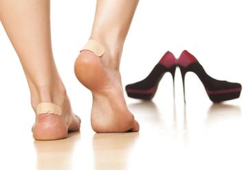 Picioarele tale au de suferit de fiecare data cand porti pantofi noi? Iata cateva trucuri care te scapa de dureri si bataturi