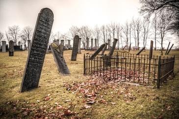 CUTREMURATOR! Sotul ei a murit intr-un accident teribil de circulatie. Dupa opt luni, a gasit o cutie misterioasa pe mormantul lui. Ce a urmat este IREAL!