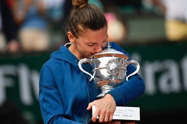 Simona Halep prezinta trofeul de la Roland Garros 2018 bucurestenilor luni seara