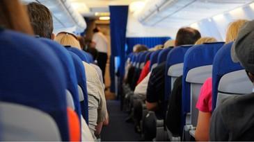 Scandal la bordul unui avion! O stewardesa romanca a fost batuta si amenintata cu moartea de un pasager