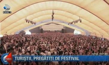 In aceasta seara debuteaza festivalul Sunwaves la malul marii. Cum s-au pregatit turistii
