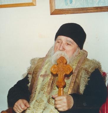 Asa arata mormantul marelui duhovnic Ilie Cleopa! Locul de veci al parintelui este amplasat in curtea manastirii Sihastria din judetul Neamt