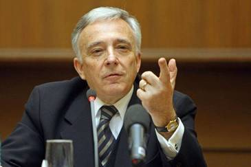 Hoţii i-au furat via lui Mugur Isărescu! Guvernatorul BNR a rămas fără 400 de butaşi din soiul Sauvignon!