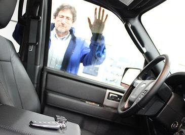 Cum deschizi usa la masina daca ai uitat cheile inauntru? Trucul care te scoate din incurcatura