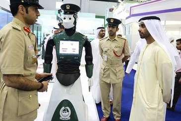 Primul robot politist patruleaza pe strazile din Dubai. A devenit o adevarata atractie turistica