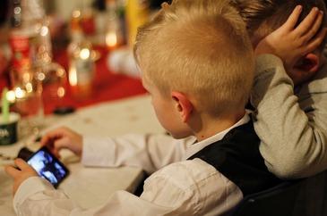 """Drogul la care sunt expusi copiii, in fiecare zi. """"Sa-i dai un smartphone unui copil e ca si cum i-ai oferi un gram de cocaina"""", spune un expert."""