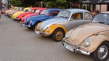 Lux si eleganta la o parada a masinilor de epoca! Modelele astea le vezi doar in reviste