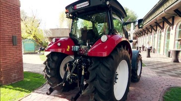 """Cât costă primul tractor 100% românesc, produs la Reghin! """"E bun! Ai climă, ai muzică!"""""""