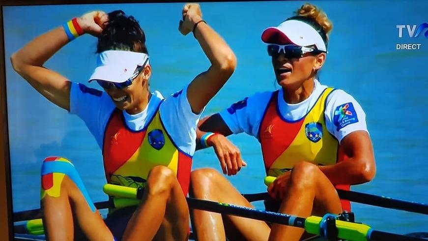 Romania a castigat titlul mondial la canotaj, dar nimeni nu a observat cum s-au prezentat la festivitatea de premiere! Ionela Lehaci-Cozmiuc şi Gianina Beleaga au suprins cu sosetele din picioare
