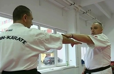 A adus un stil aparte de arte martiale in tara si acum il preda copiilor din Buhusi