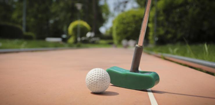 Va invitam la o partida de minigolf. Nu aveti nevoie de talent sau experienta, oricine poate intra in jocul distractiv!