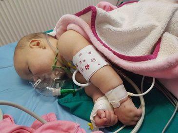 """Scandalos! Un bebelus de numai patru luni a fost tinut ore in sir in coma pentru ca medicii sa ii daca actele de transfer de la Arad la Timisoara - """"Copilul meu e in stare critica acum, din cauza lor"""""""