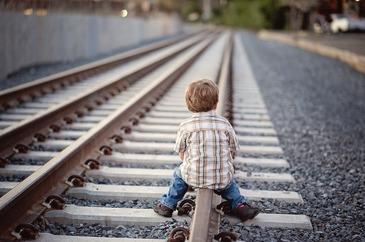 Revoltator! Motivul socant pentru care o mama isi batea copilul de un an si ameninta ca il arunca sub tren! Oamenii au chemat politia in gara de la Cluj