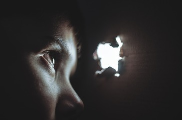 Va ramane marcata pe viata! O fetita de numai 11 ani a fost violata de 18 barbati. Violatorii au varste cuprinse intre 23 si 66 de ani