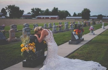 Soţul ei a murit înainte de nuntă! Tânăra s-a îmbrăcat în rochie de mireasă şi i-a jurat iubire veşnică la mormânt