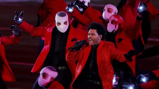VIDEO | The Weeknd, SHOW electrizant la Super Bowl. Canadianul a cântat 14 minute în pauza marii finale